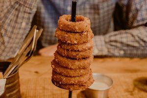 A stack of onion rings.